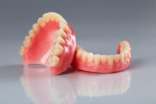知っているようで知らない入れ歯安定剤のデメリット